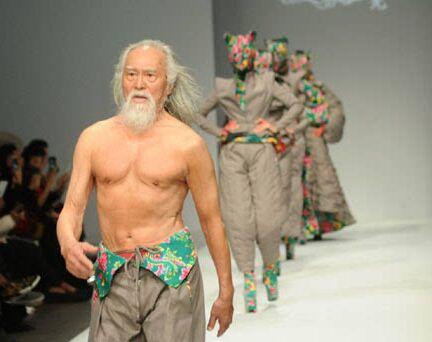 79岁才登上T台,在北京国际时装周